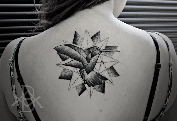 Tattoo Bruno Almeida blackwork beija flor