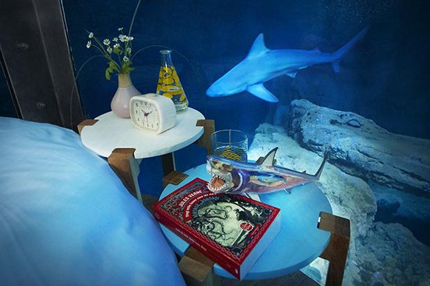 follow-the-colours-airbnb-quarto-embaixo-dagua-aquario-tubaroes-05