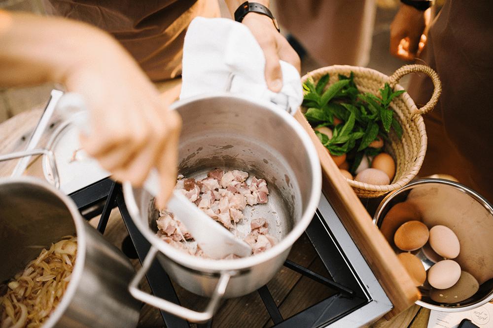 Persona cocinando en casa