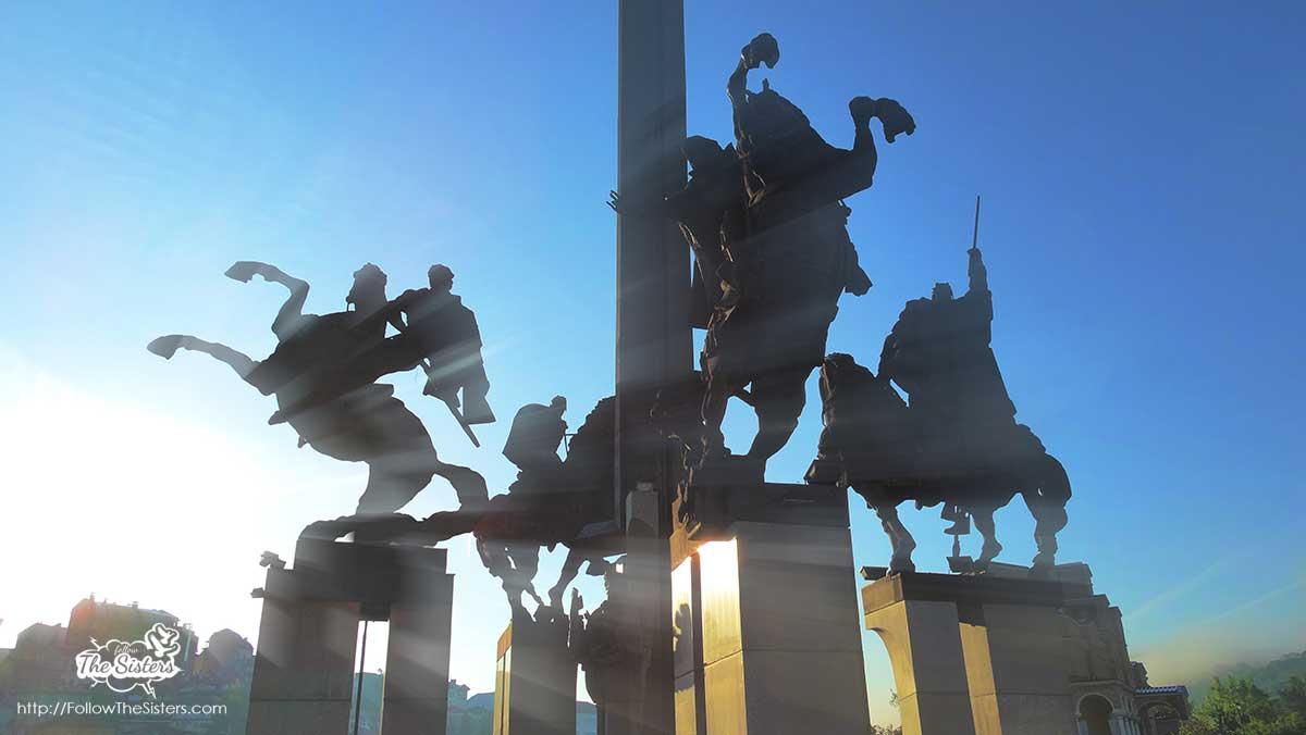 Sunrays on Assenevtsi monument in Veliko Tarnovo