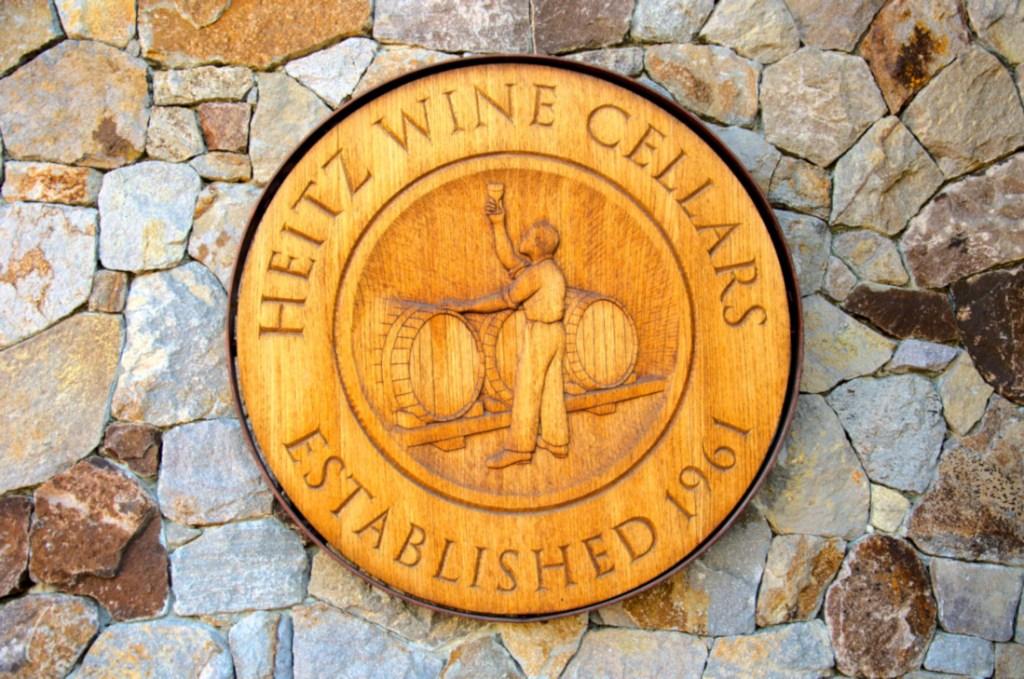 Znak winiarni Heitz przy wejściu