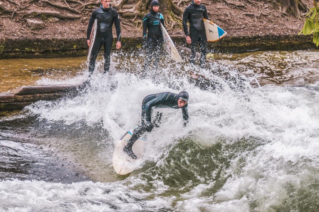 atrakcje monachium - co warto zobaczyć w monachium - zabytki monachium - surferzy na rzece Eisbach