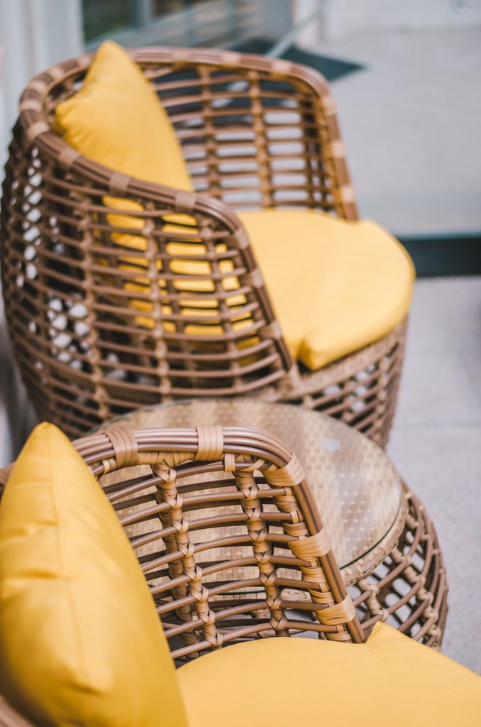fotele na dziedzińcu
