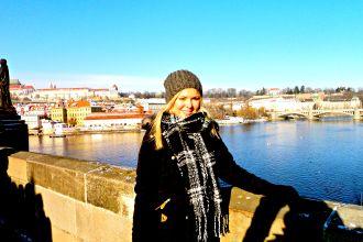 Sandra von followtheworld auf der Karlsbrücke