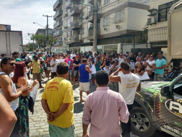 Ambulantes protestam contra novas determinações para licença de trabalho nas praias em Cabo Frio