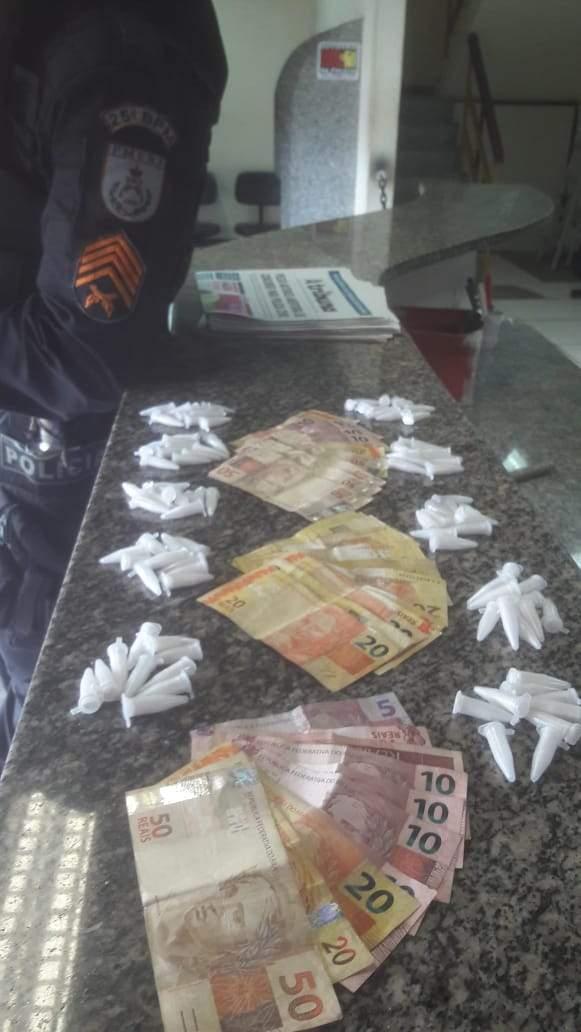 Foram apreendidos 99 pinos de cocaína