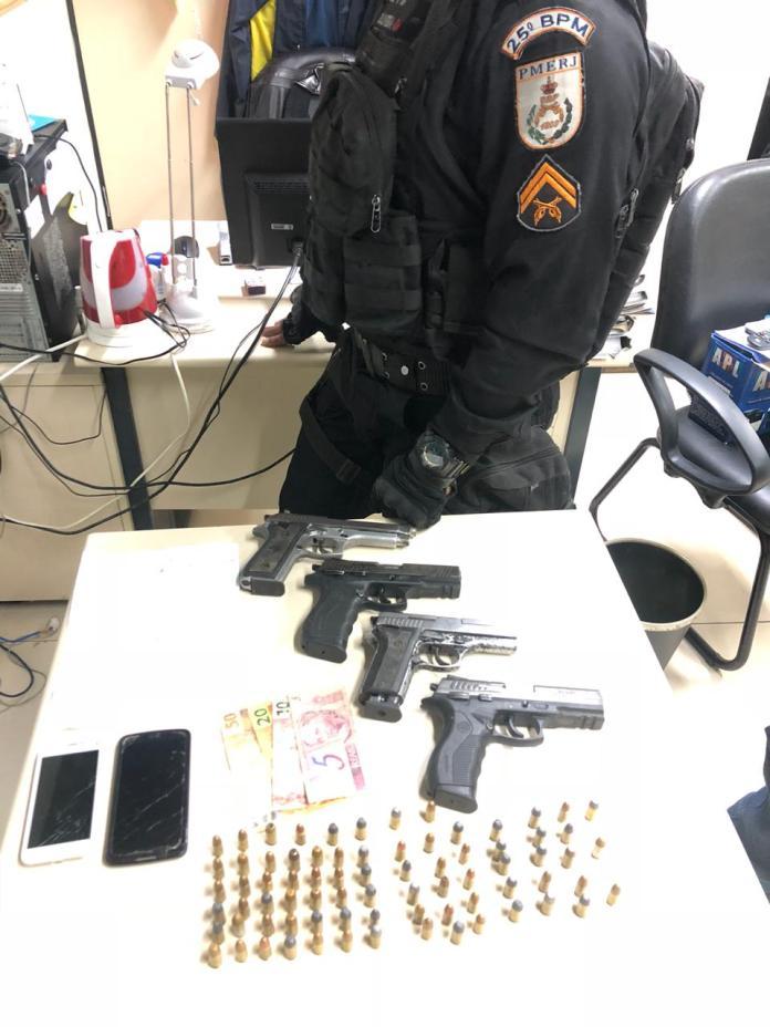 Ao todo foram apreendidas quatro pistolas e 76 munições. Foto: PM/Divulgação