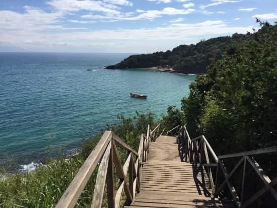 Nessa quinta-feira (06) foram finalizados os reparos da escada de acesso a Praia Azeda, um dos principais pontos turísticos da cidade.