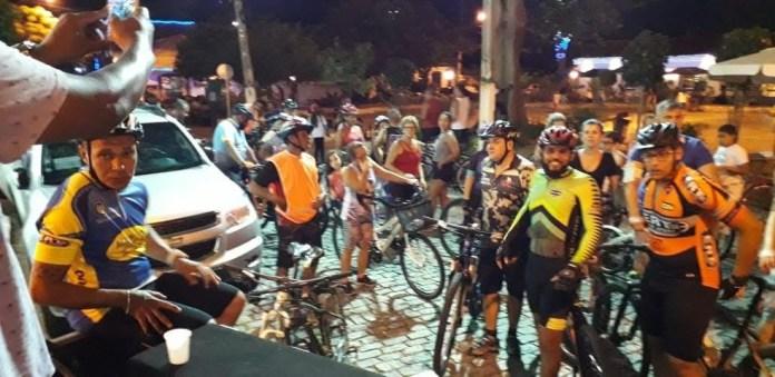 O projeto Bike Night reúne ciclistas amadores e profissionais, às quintas-feiras para dar uma volta pela cidade de Cabo Frio.