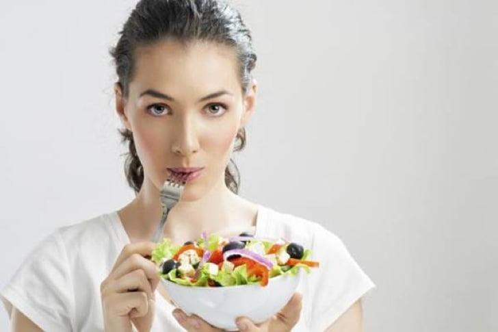 """mulher comendo verduras com garfo - Melhores dietas de 2019: Veja quais são e porque viraram """"febre""""!"""