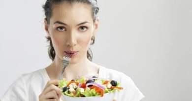 """mulher comendo verduras com garfo - Melhores dietas de 2017: Veja quais são e porque viraram """"febre""""!"""