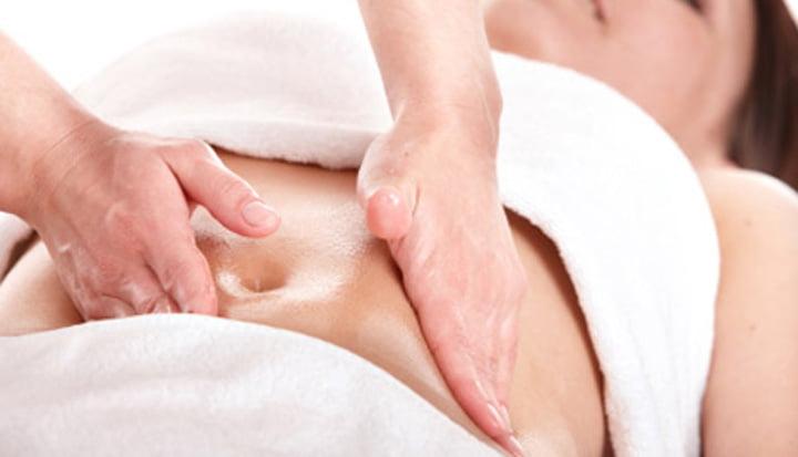 mulher recebendo massagem - Retenção de líquido: saiba como acabar com isso de uma vez!