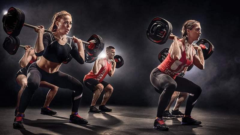 mulheres e homem se exercitando com pesos - Emagrecer rapidamente? Veja exercícios indispensáveis!