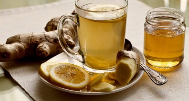 xícara com chá pires e colher - Dor de Cabeça: Veja 5 tipos e receita de remédio caseiro!