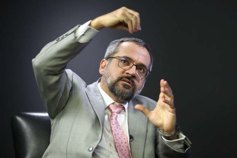 """Ministro da Educação afirma que vai """"atrás de zebra gorda"""": salário de professor universitário federal"""