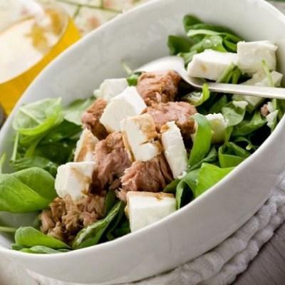Полезный салат с тунцом и шпинатом
