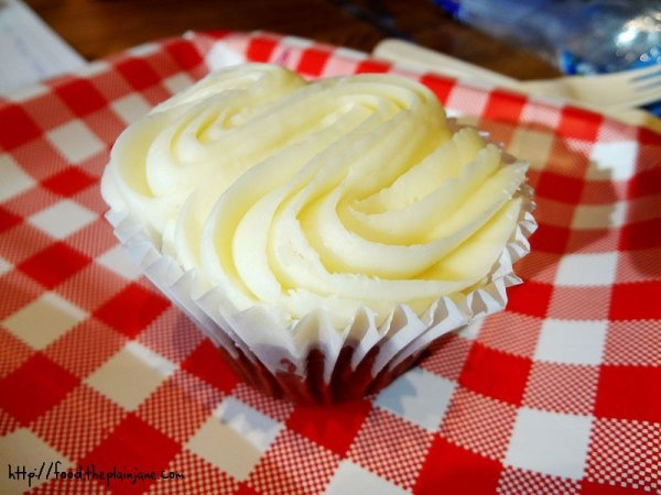 yummy-cupcakes-white-frosting