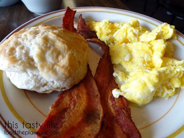 biscuit-crispy-bacon-n-eggs