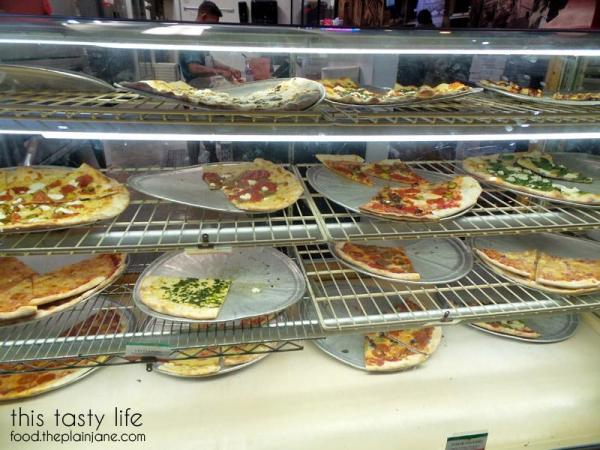 landinis-pizza-counter