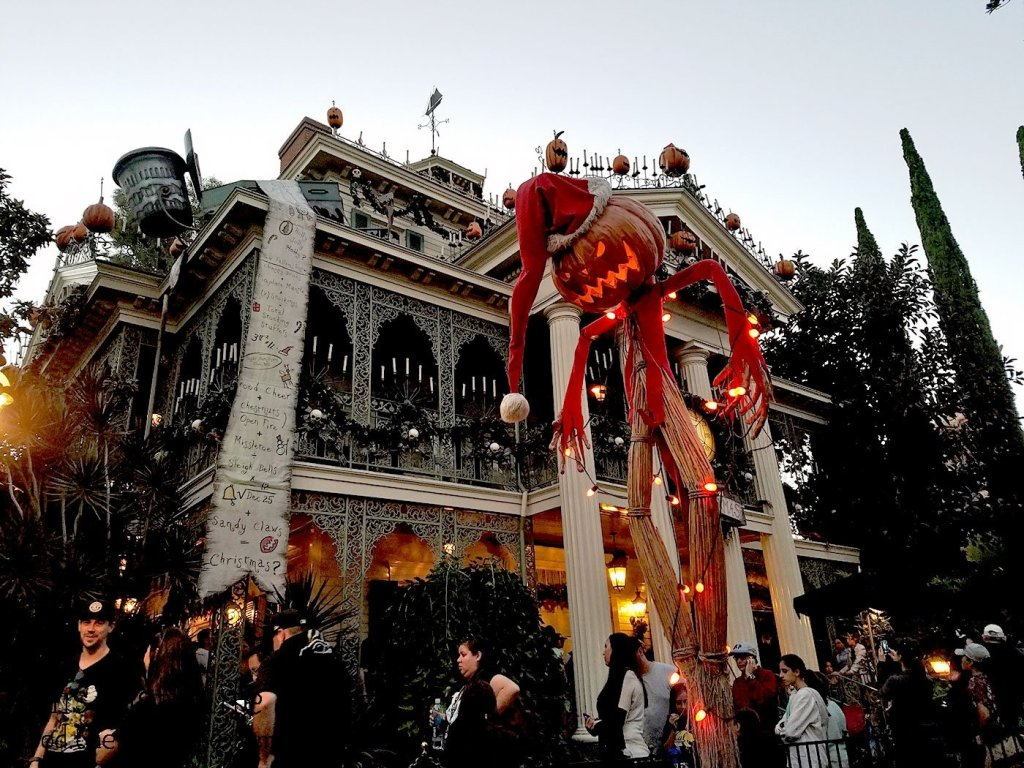 haunted-holiday-mansion-disneyland