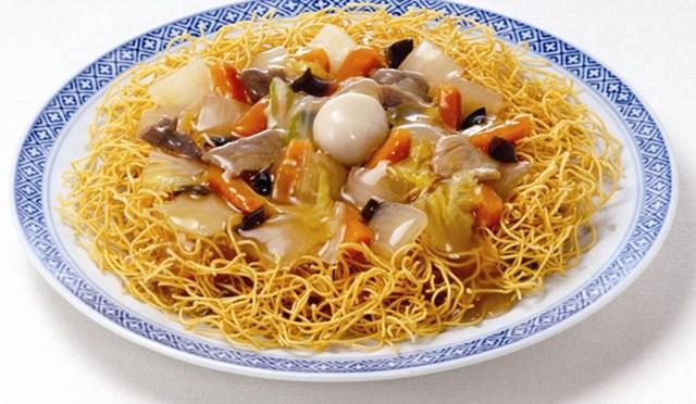 長崎でも太麺派と細麺派に分かれる皿うどん。長崎市で生まれ育った私はパリパリ麺、油で揚げた細麺派