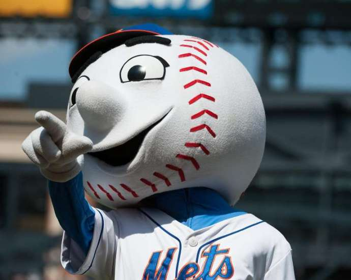 Met's mascot gives the middle finger; Mets issue an apology