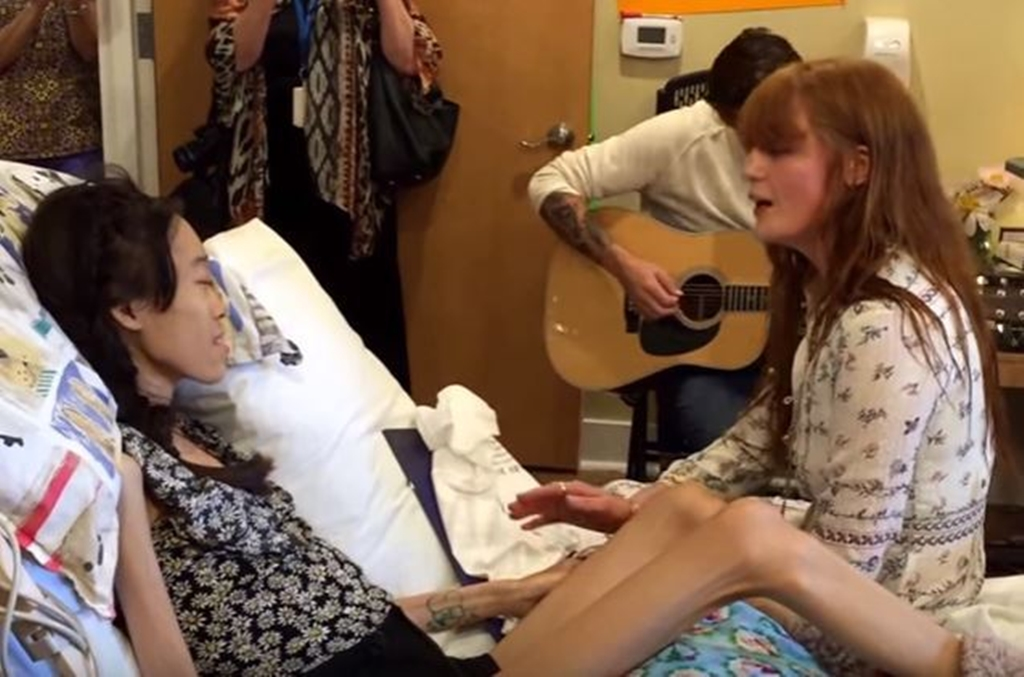 Watch as Florence and the Machine sings 'Dog Days Are Over' to the extremely brave Karinya after she was too ill to go to her show