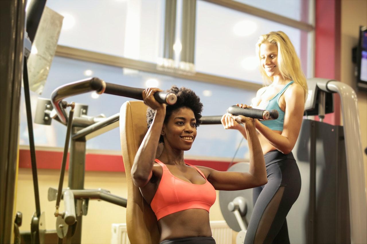 full body workout op apparaten - shoulder press