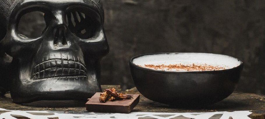 Te compartimos la receta del cóctel «Muertos Vivientes» (ideal para tus fiestas de disfraces)