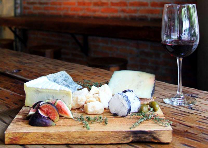 7 restaurantes en la CDMX para disfrutar de una copa de vino y un plato de quesos con tu pareja