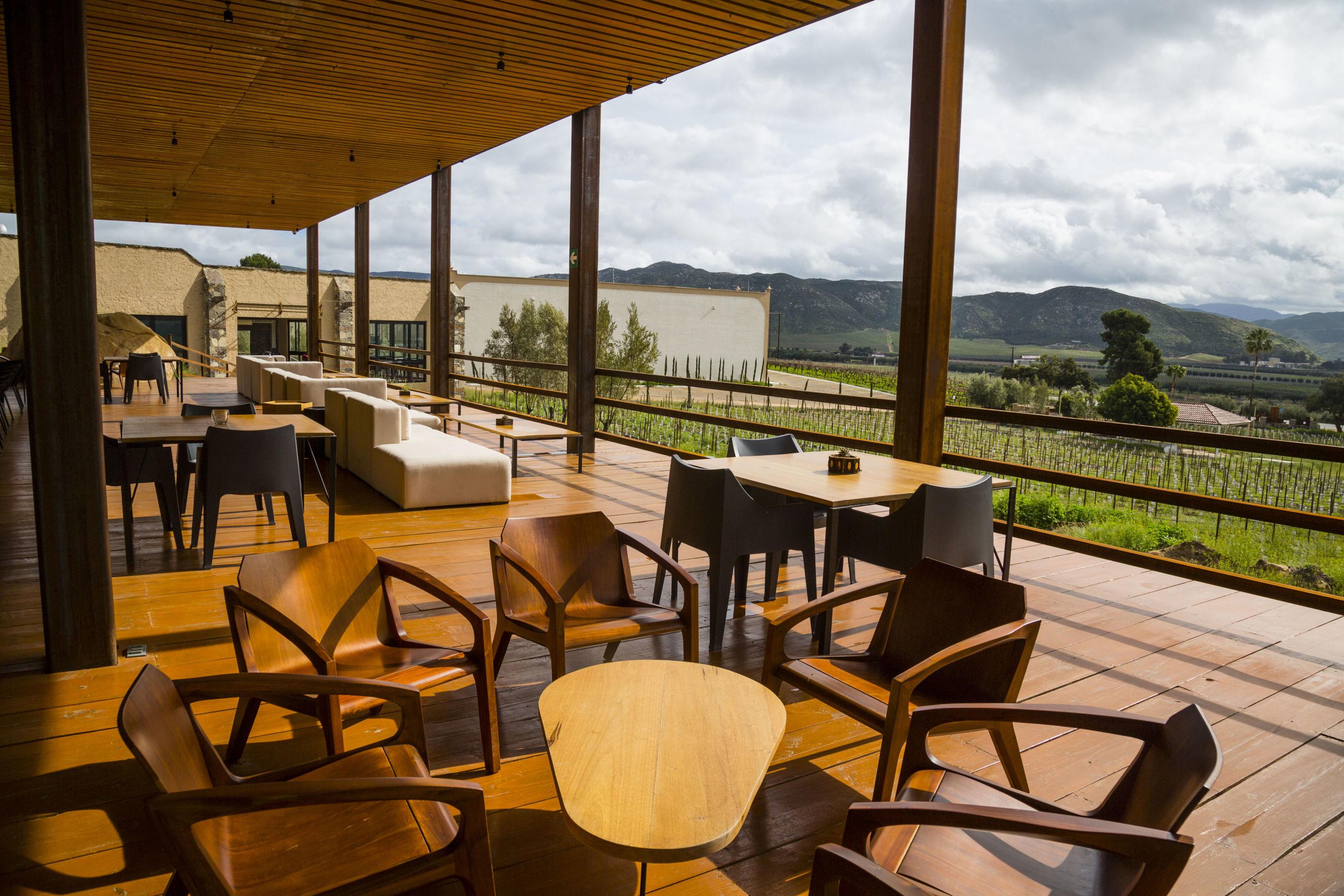 Almadraba Tapas Bar: La terraza (súper 'chic') con las mejores vistas a los viñedos del Valle de Guadalupe