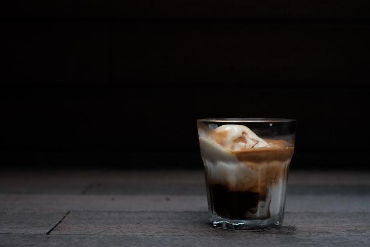 Si eres fan del café Dalgona, aquí te dejamos otras 5 bebidas frías con café que te encantarán