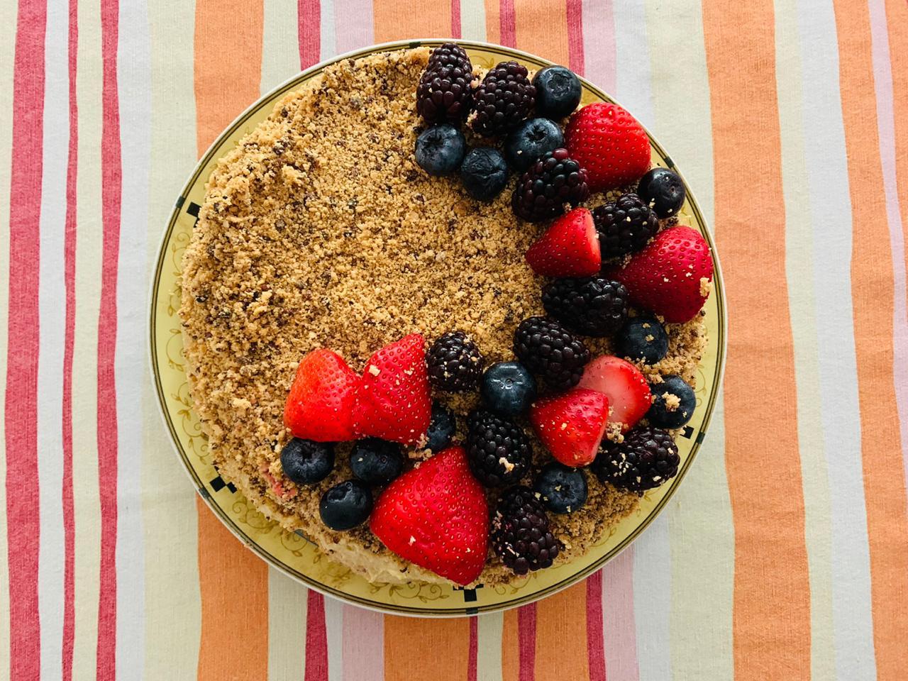 Prepara una rica tarta de café y cacao con jocoque y frutos rojos