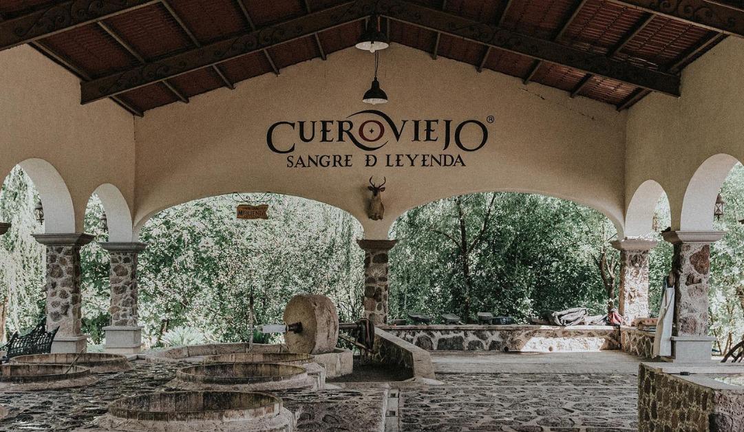 Mezcal Cuero Viejo se renueva con una etiqueta que muestra el legado de la cultura mezcalera.