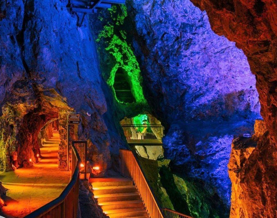 Este túnel de más de 500 metros te lleva a un bar subterráneo secreto y lleno de historia