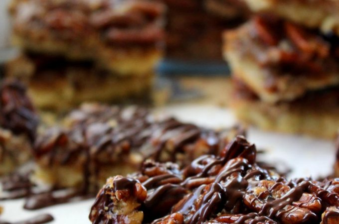Chocolate Drizzled Pecan Pie Bars: Tastes like the pie, Eats like a cookie! #recipe @Food Apparel