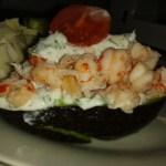 Avocado med skaldyrssalat på skyr (Rejer og/eller krabbe)