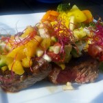 Sundere steak med avocado/ananas relish