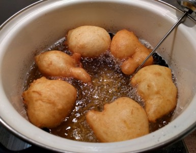 frying oliebollen