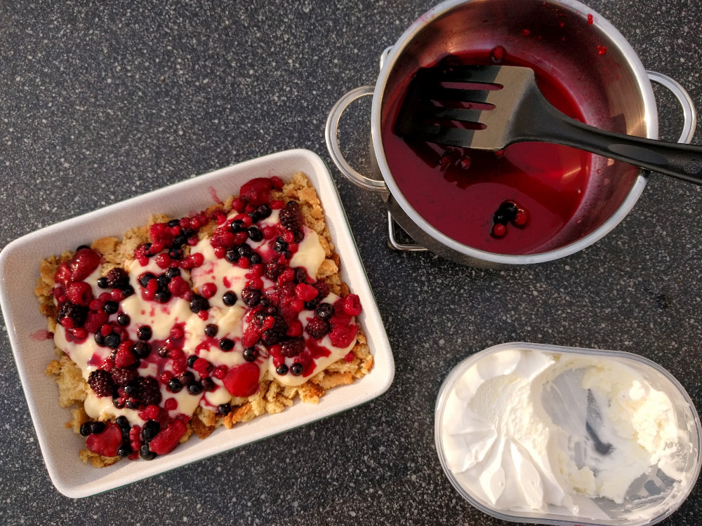Creamy berry crumble – On using frozen fruits in a dessert
