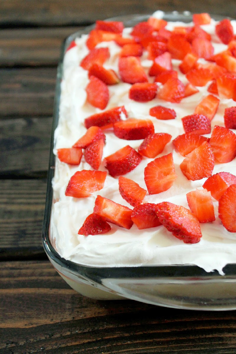 No-Bake Strawberry Banana Pudding Twinkies Cake