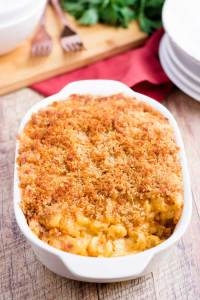 Baked mac and cheese casserole