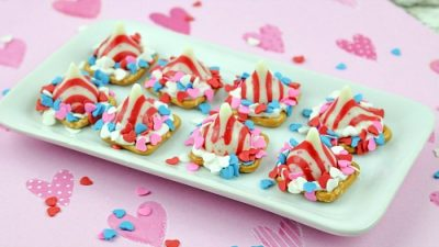 peppermint-pretzel-kisses-on-platter