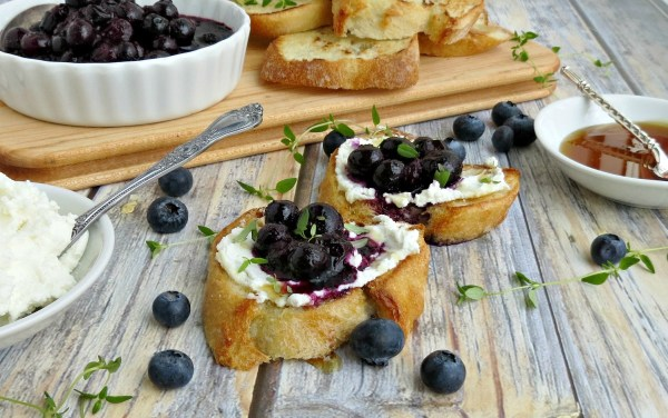 Blueberry-Goat-Cheese-Crostini-w-Thyme-Honey