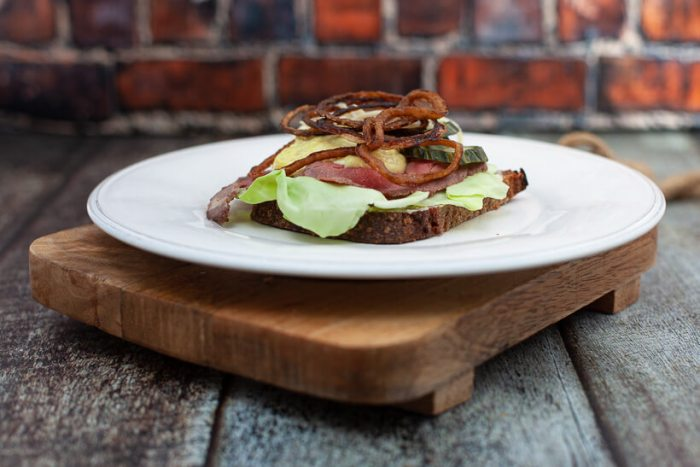 Rye bread with roast beef, remoulade and roasted onions
