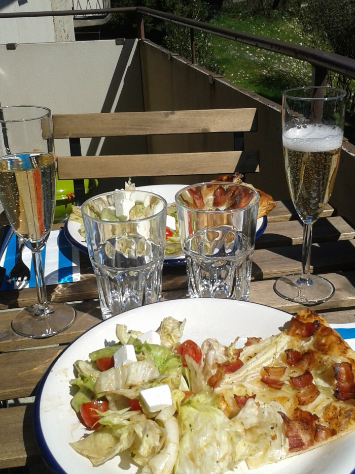 Perfect summerfeeling: Tarte Flambée and a dry Prosecco on the balcony.