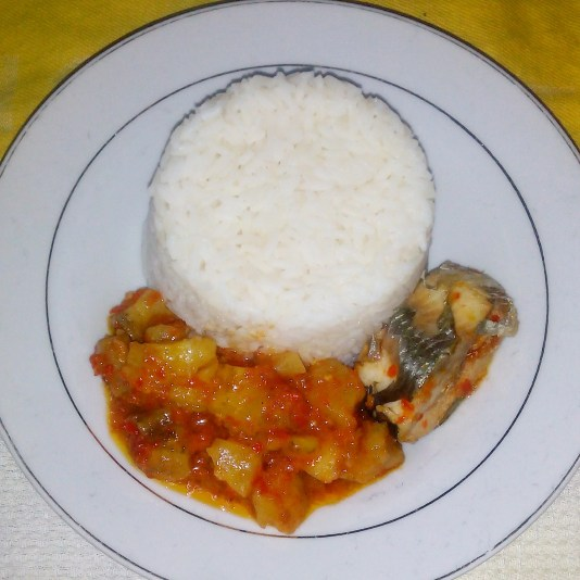 white rice and plantain sauce