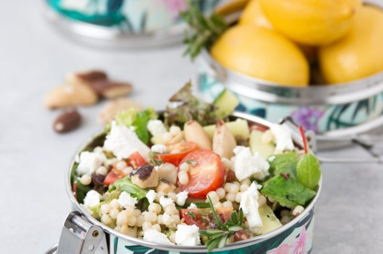 Parelcouscous salade met noten en mosterddressing