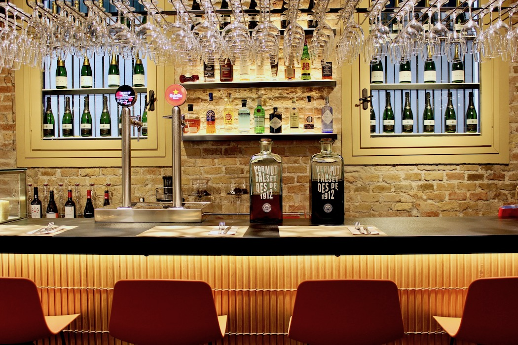 The bar at Quatre Coses Barcelona with homemade vermut red and white.