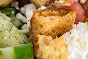 Toplo hladna pileća salata s povrćem i grčkim dresingom